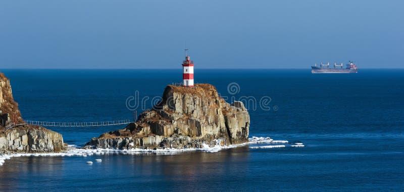 在峭壁的灯塔由海 东部(日本)海 库存图片