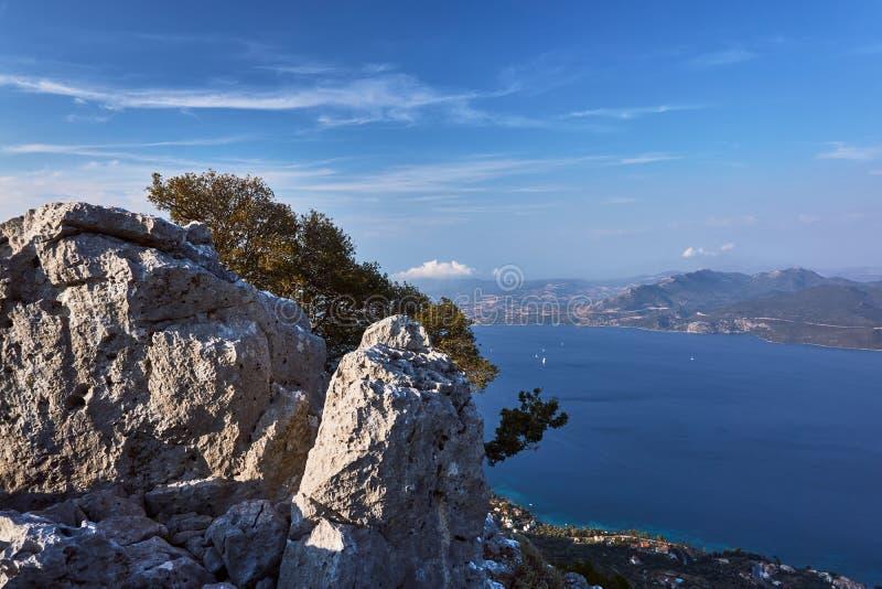 在峭壁的白色岩石在海上 免版税库存图片
