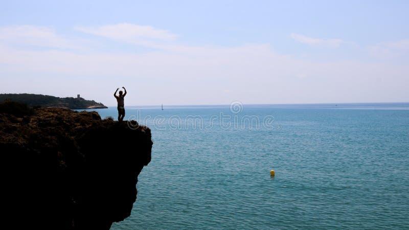 在峭壁边缘的人,塔拉贡纳,西班牙 库存照片