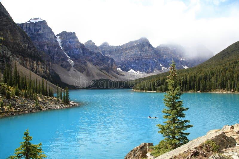 在峭壁边缘,暗藏的湖足迹,冰川的母石山羊 图库摄影