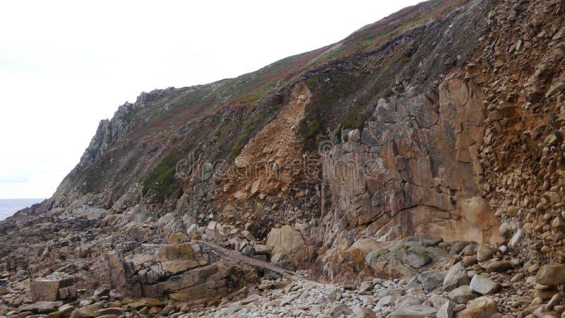 在峭壁面孔的地质层数在康沃尔郡英国 库存图片