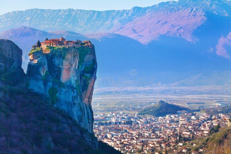 在峭壁顶部的三位一体修道院 免版税库存照片