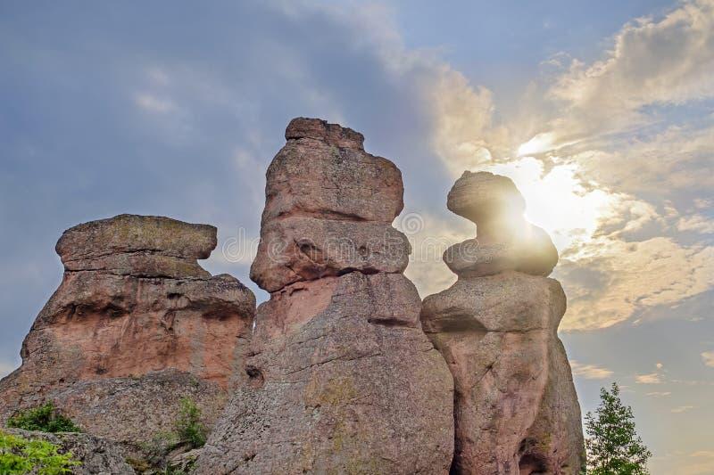 在峰顶的日落老岩石后1 免版税库存照片