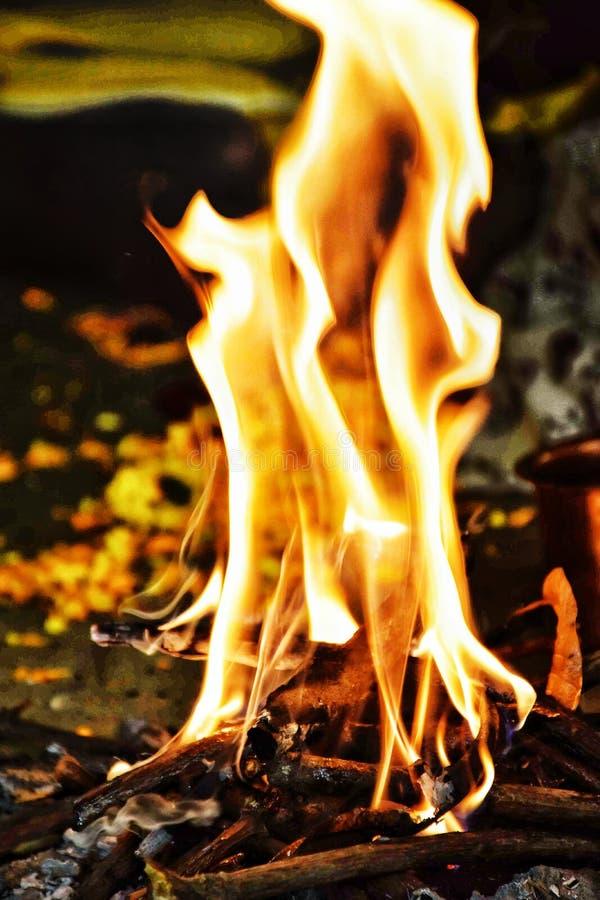 在崇拜期间的火在印度传统 免版税库存照片