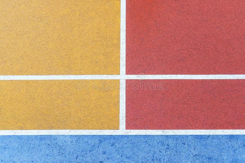 在崔的五颜六色的篮球场垂悬了庄园 图库摄影