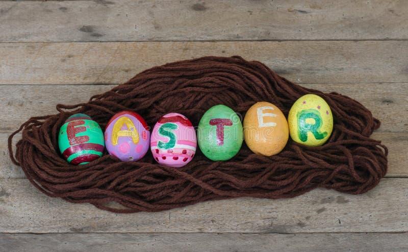 在巢的复活节彩蛋在木 免版税库存照片