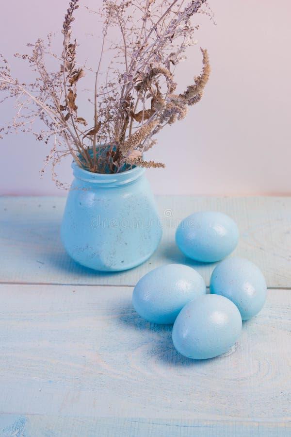 在巢的蓝色复活节彩蛋在木背景 库存照片
