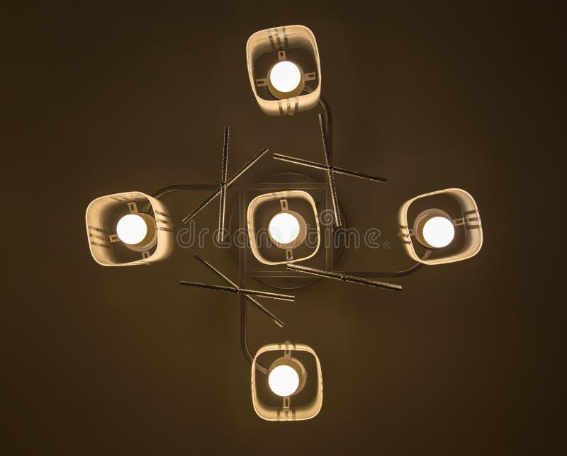 在工业灯的被带领的电灯泡是明亮的在新的仓库的天花板有拷贝空间的 向量例证
