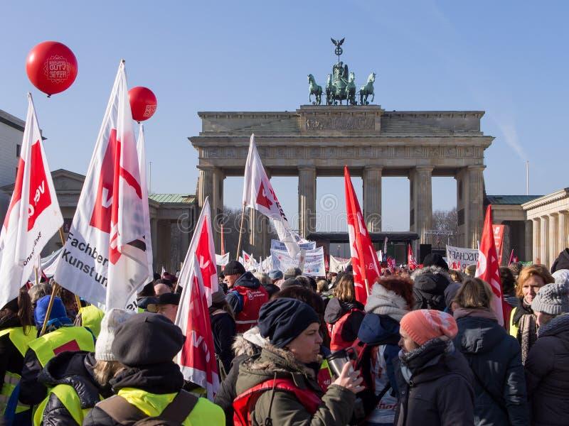 在工会GEW示范的示威者在勃兰登堡门,柏林 免版税库存图片