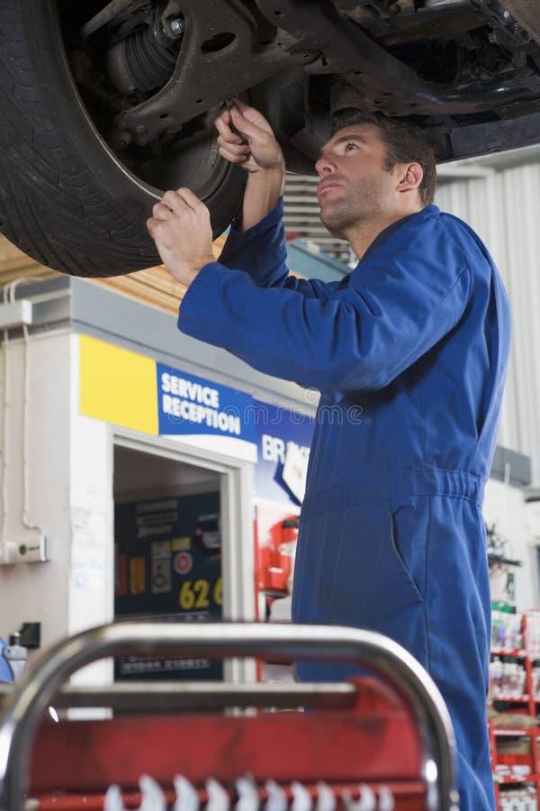 在工作之下的汽车修理师 图库摄影