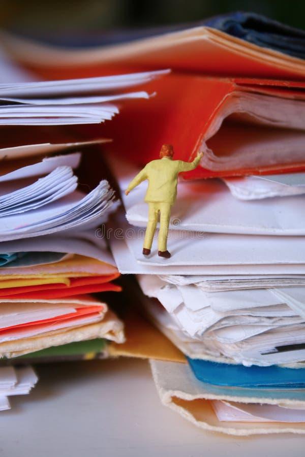 在工作之下的被埋没的纸张 免版税库存图片