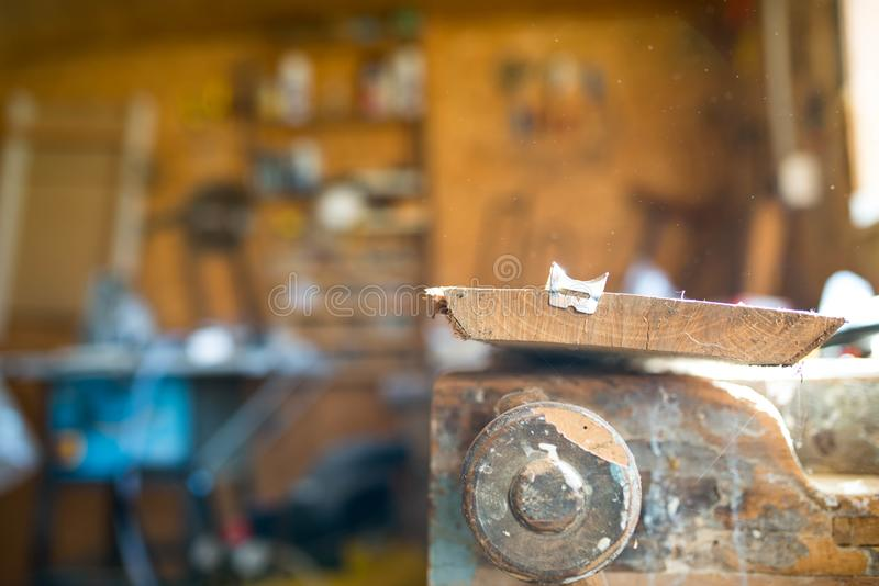 在工作凳,在统治者的焦点,浅景深的橡木板 库存图片