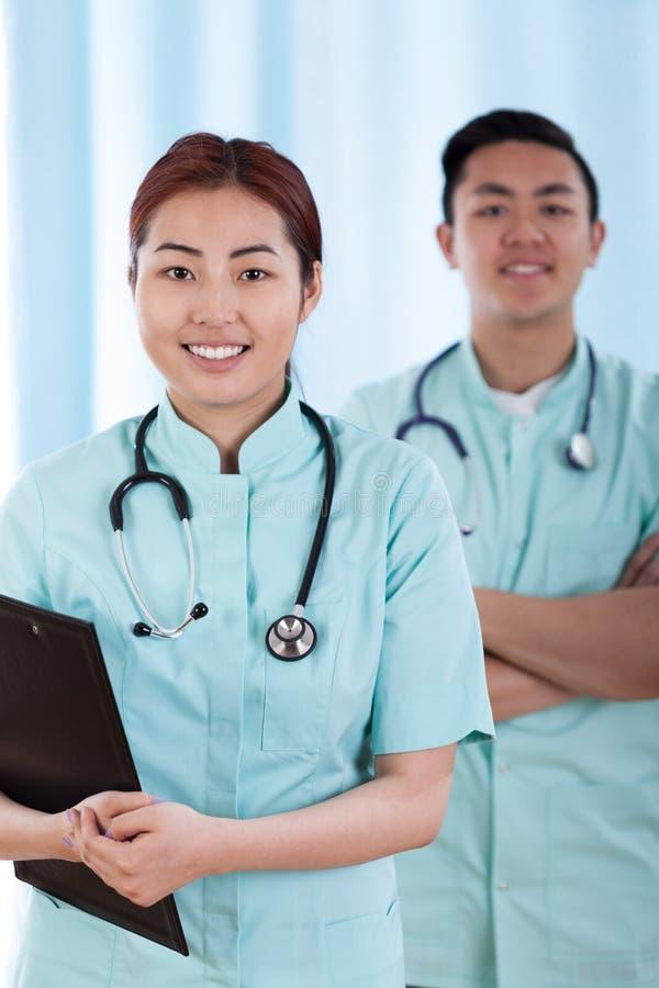 在工作前的亚裔医生 免版税库存照片
