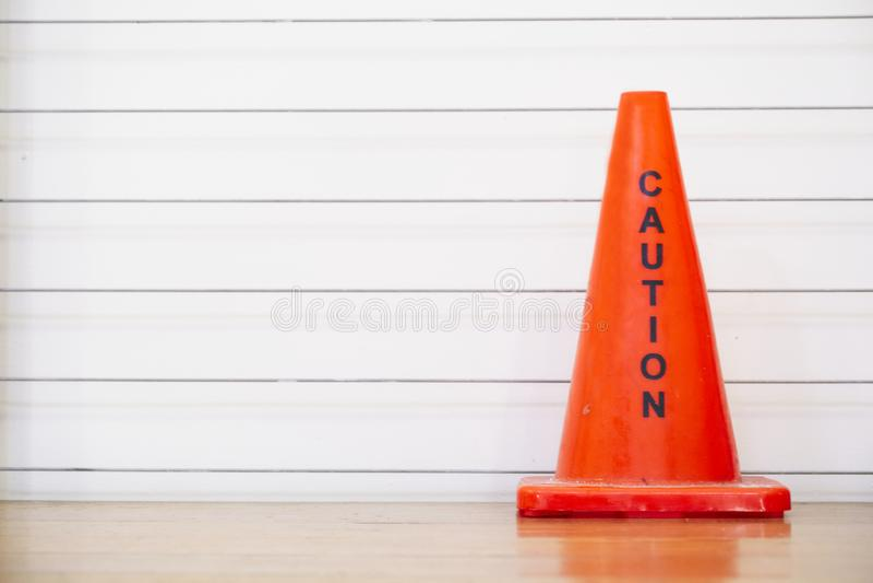 在工作场所办公室台阶的小心红色锥体安全通知 免版税库存照片