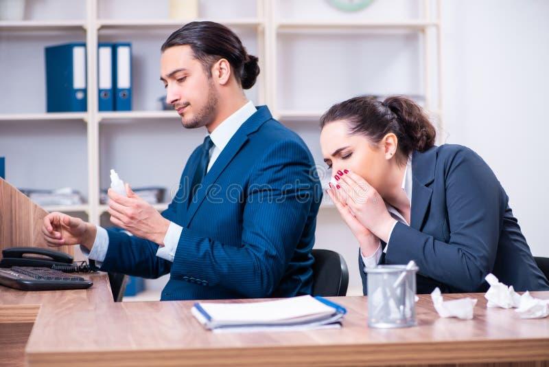 在工作场所的两位雇员痛苦 免版税库存照片