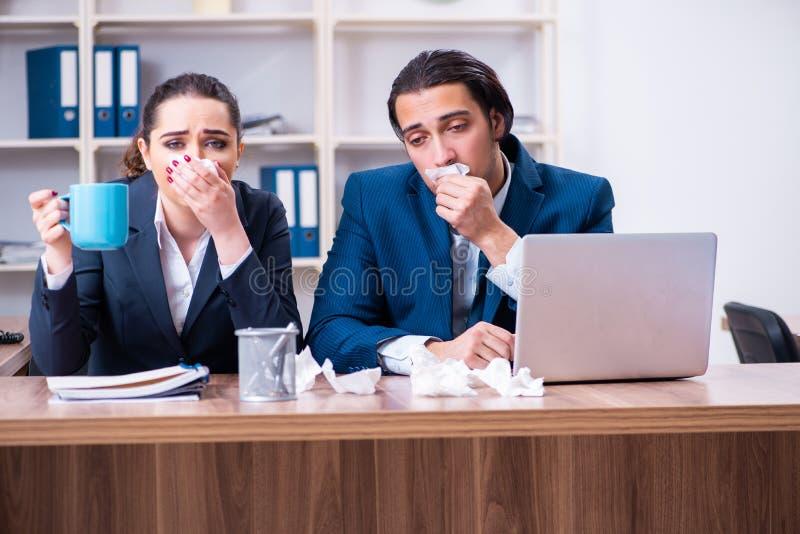 在工作场所的两位雇员痛苦 免版税库存图片