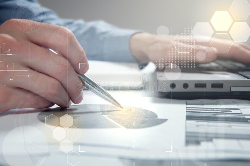 在工作场所的商人表明增加的统计 公司成长的概念 免版税库存照片