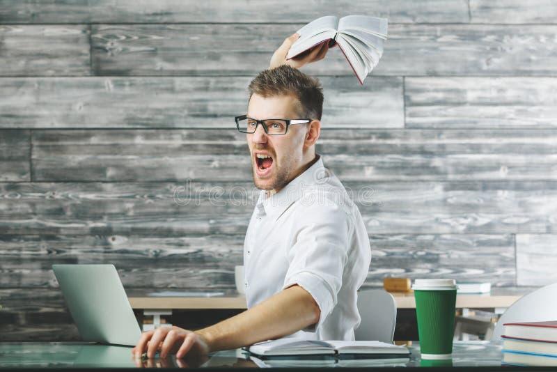 在工作场所的愤怒的男性 免版税库存照片