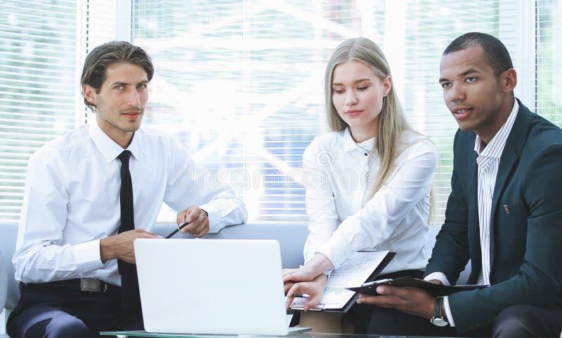 在工作场所的被集中的企业队考虑业务问题的 免版税图库摄影
