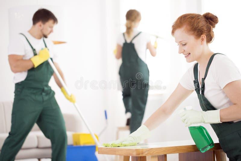 在工作期间的清洁服务 库存照片