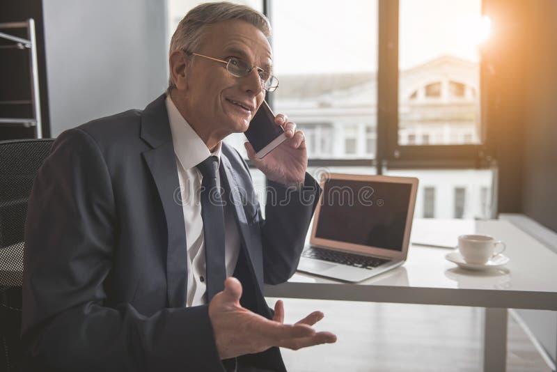 在工作期间,快乐由机动性退休谈话 免版税库存图片