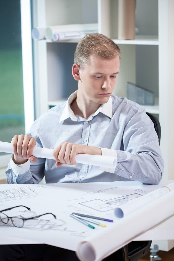 在工作期间的困建筑师 免版税库存照片