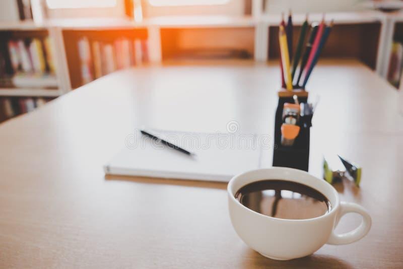 在工作的买卖人书桌上的咖啡在会议上 库存照片