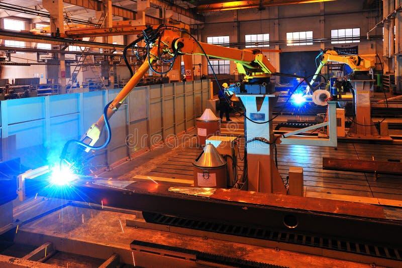 在工作的焊接机器人 免版税库存图片