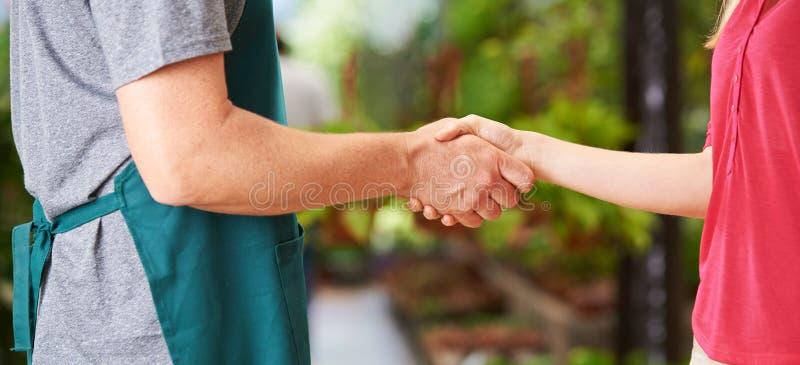 在工作者和妇女之间的握手 免版税库存照片