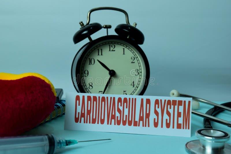 在工作表背景的心血管系统计划与办公用品的 免版税库存图片