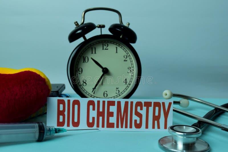 在工作表背景的生物化学计划与办公用品的 免版税库存图片