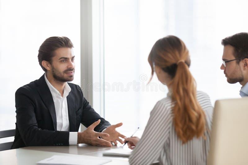 在工作面试的确信的男性申请人谈话 库存照片