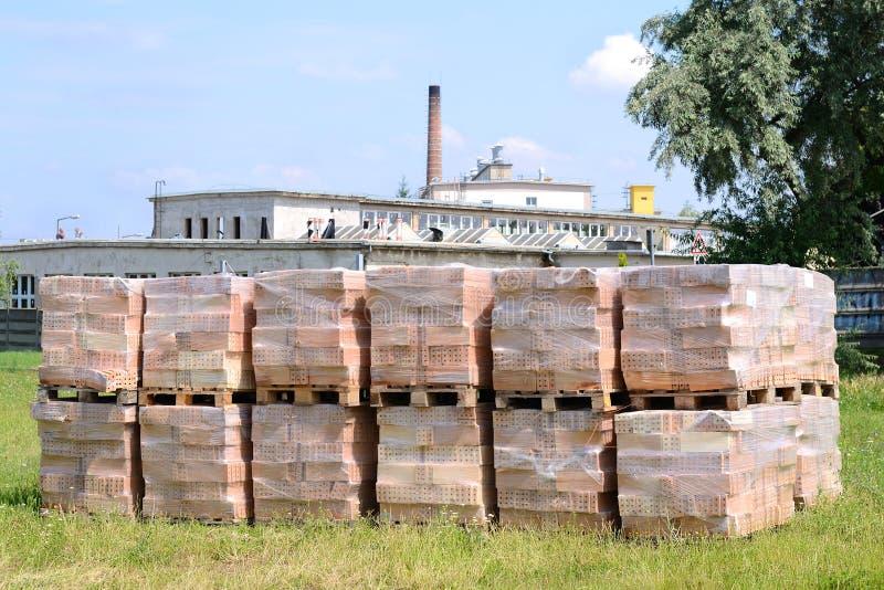 在工厂前面的建筑材料砖 库存图片