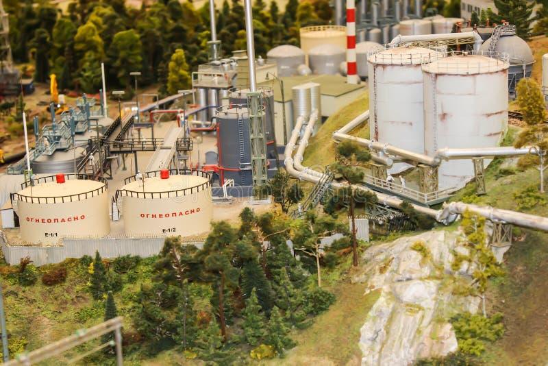 在工厂塑造,玩具坦克,有可燃烧的产品的容器 免版税图库摄影