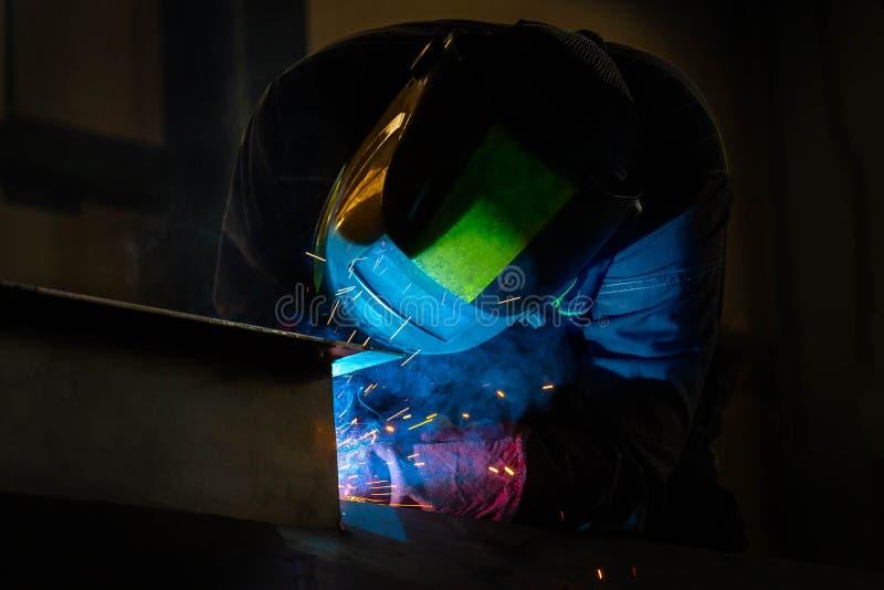 在工厂的人焊接 库存照片