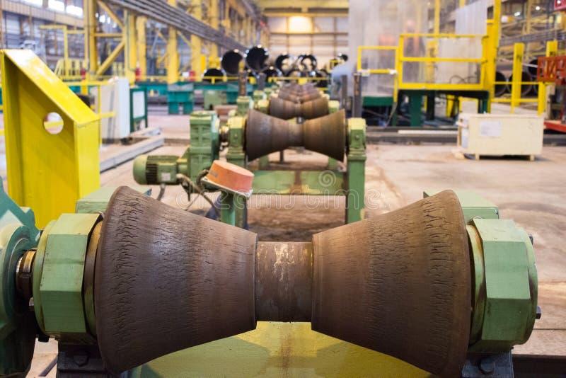 在工厂的管路辗管子制造的  免版税库存照片