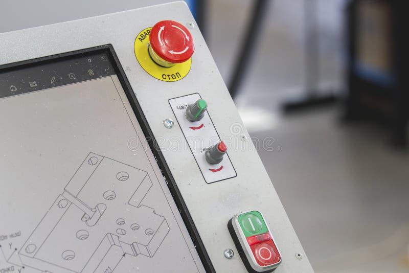 在工厂设备的紧急红色停止键 图库摄影