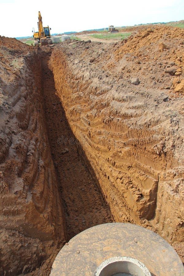 在工地工作的履带牵引装置挖掘机 免版税库存图片