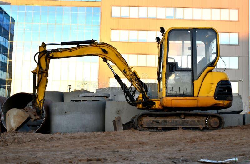 在工地工作的微型挖掘机 库存图片