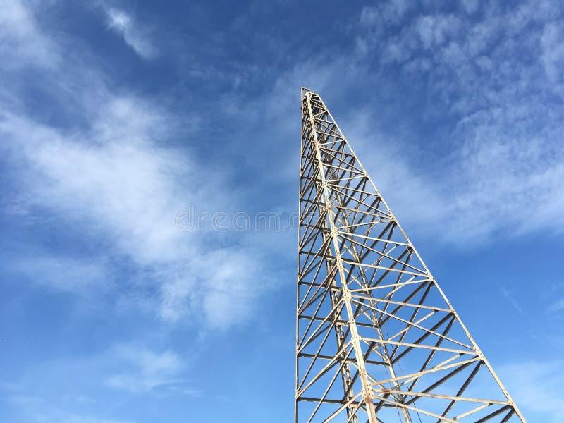 在工地工作的打桩机器反对天空蔚蓝背景 图库摄影