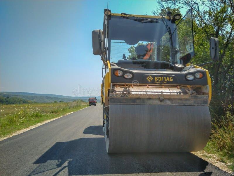 在工地工作的涂柏油的机器准备好在路的工作 图库摄影