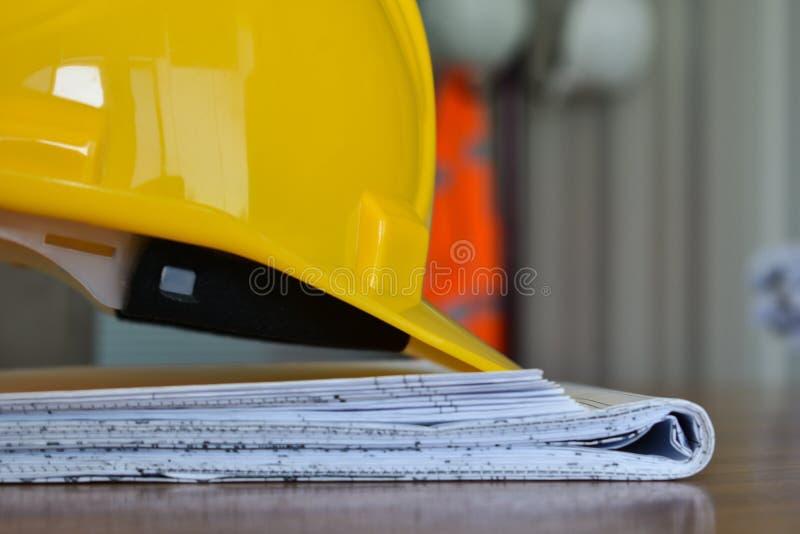 在工程项目的黄色建筑盔甲 库存照片