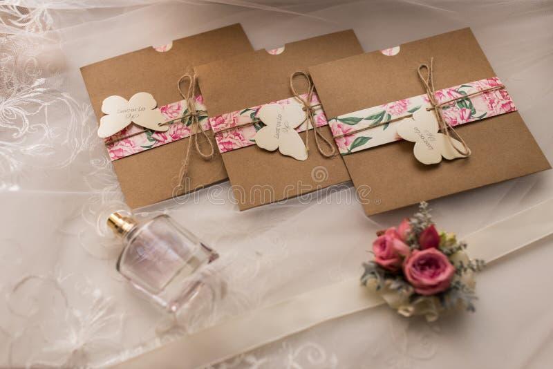 在工艺信封的婚礼邀请 新娘概念礼服婚姻纵向的台阶 赞誉 免版税库存照片