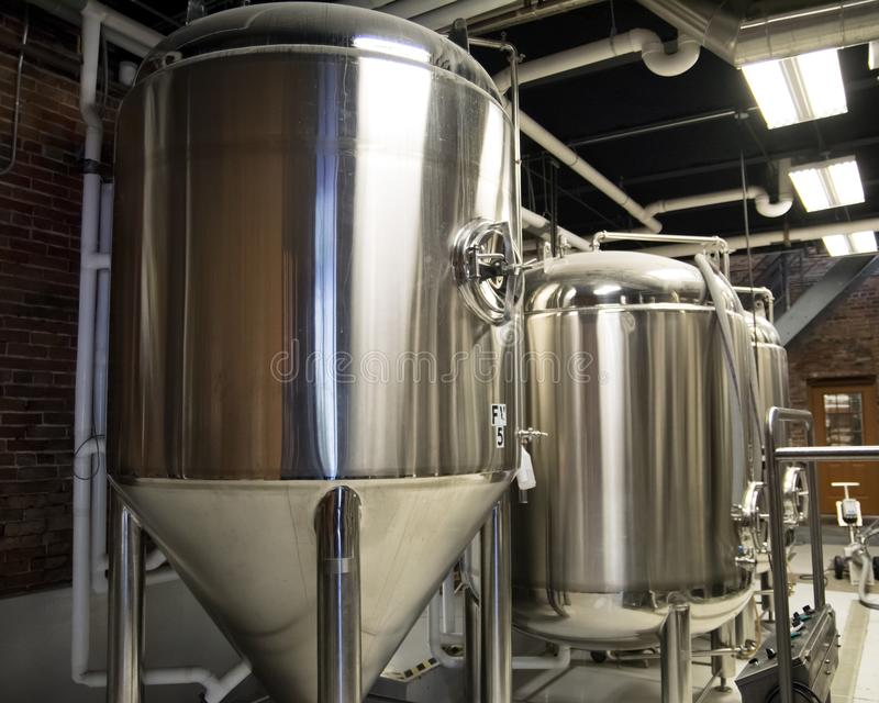 在工艺啤酒厂的酿造坦克 免版税图库摄影