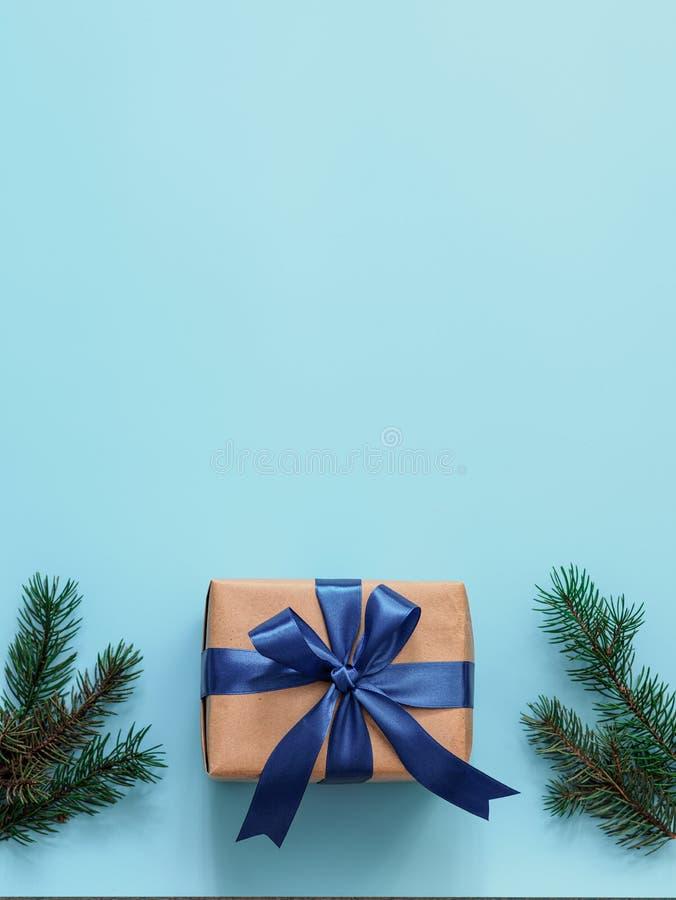 在工艺纸和缎带的礼物盒 库存图片