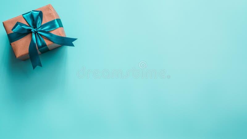 在工艺纸和缎带的礼物盒 免版税库存照片