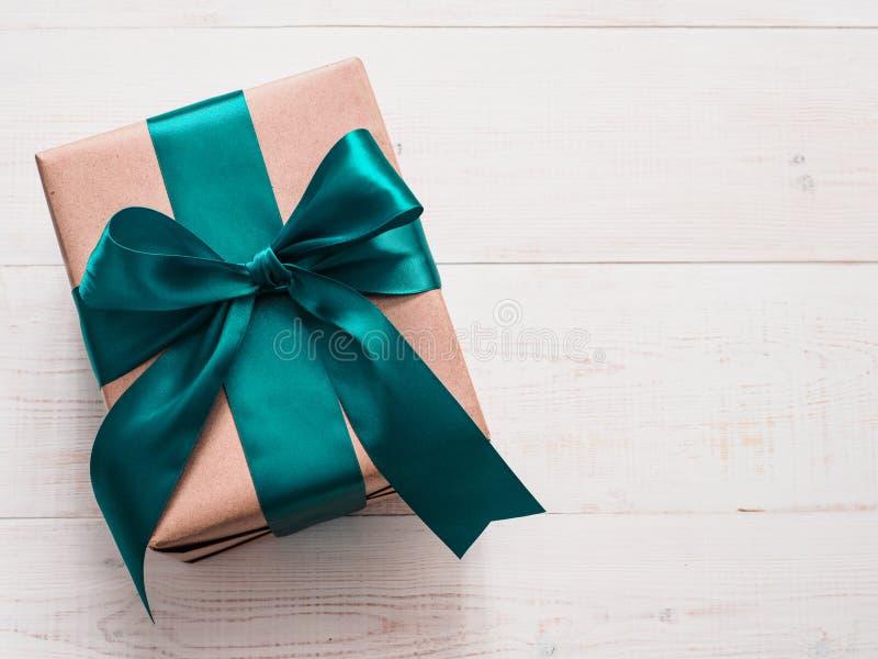 在工艺纸和缎带的礼物盒 图库摄影