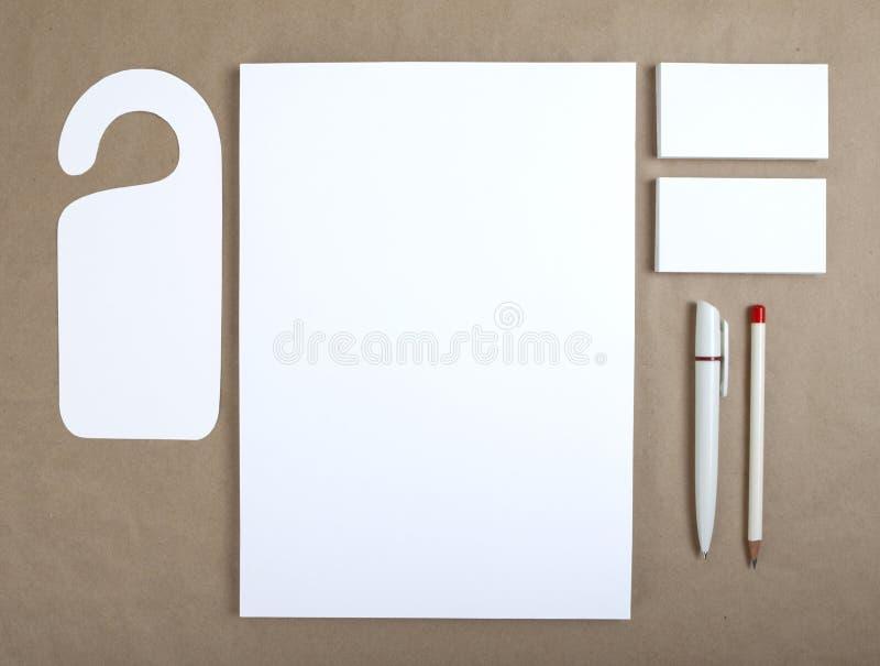 在工艺纸的空白的文具 包括名片, A4 l 免版税库存图片