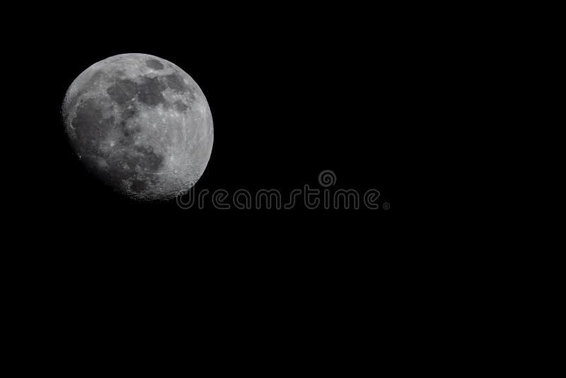 在左上面的月亮,被月光照亮夜 免版税库存图片