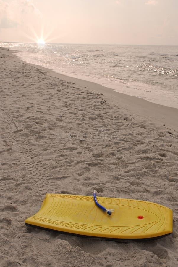 在左玩具之后的海滩 免版税库存图片